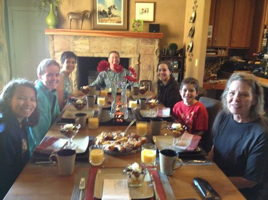 Yellowstone River Lodge: Wonderful breakfast set for 8