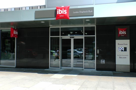 Ibis London Shepherds Bush: THE ENTRANCE TO THE HOTEL
