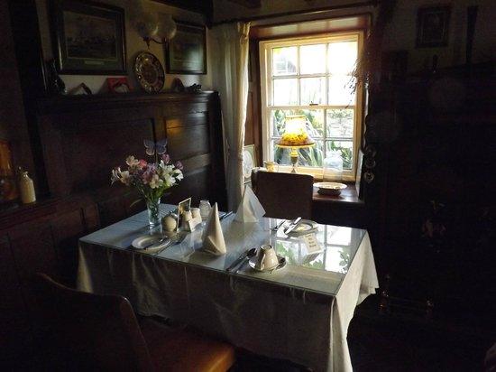 Lewis's Bed and Breakfast: The Breakfast Table