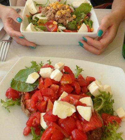 Bagno Teresa: Bruschette al pomodoro e mozzarella (in basso) Insalata tonno, pomodoro e mozzarella (in alto)