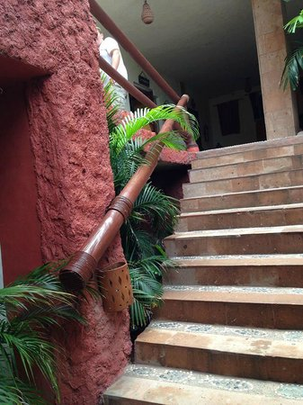 Aura del Mar Hotel: Third set of stairs going to lobby