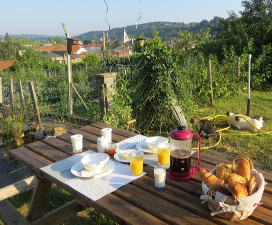 La Maison Rouge: Breakfast in the garden