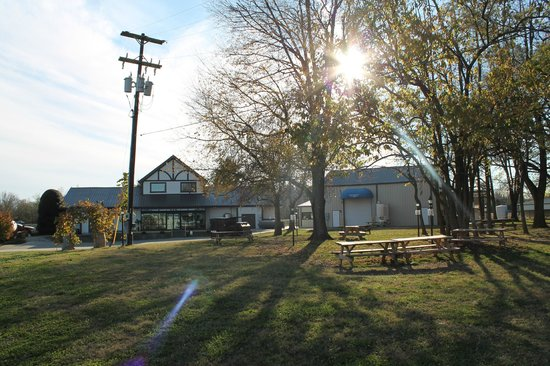 Beachaven Vineyards & Winery: Lawn of the winery