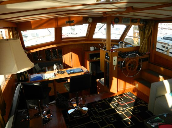 Green Turtle Floating Bed and Breakfast : A view of the salon and galley from the aft deck companion way