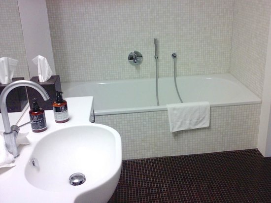 Bestzeit Lifestyle & Sport Hotel: Suite 110 - bathroom, the tub