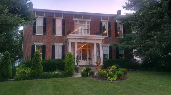 1851 Historic Maple Hill Manor Bed & Breakfast : Beautiful building!