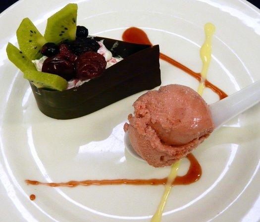 La Terraza del Montalvo : Lágrima de chocolate negro rellena de mousse de chocolate blanco