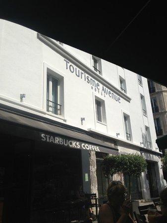 Hotel Tourisme Avenue: Gerenoveerde voorgevel + Starbucks naast de deur