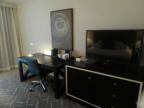 Hyatt Regency Birmingham - The Wynfrey Hotel: TV/Desk area