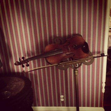 Cobblestone Manor Luxury Historic Inn: Livingroom