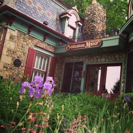 Cobblestone Manor Luxury Historic Inn: Entry