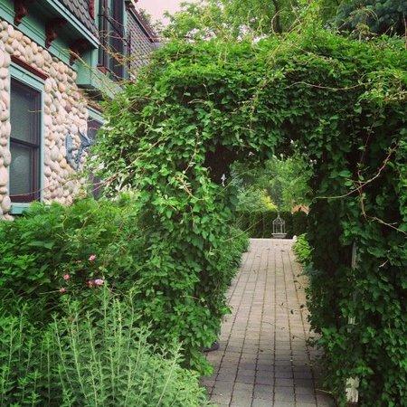 Cobblestone Manor Luxury Historic Inn: Garden
