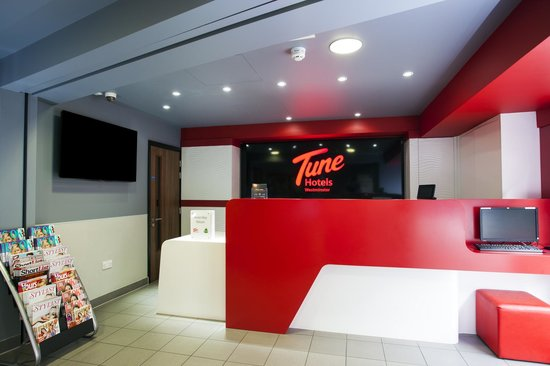 Tune Hotel - Westminster: Newly decorated front desk