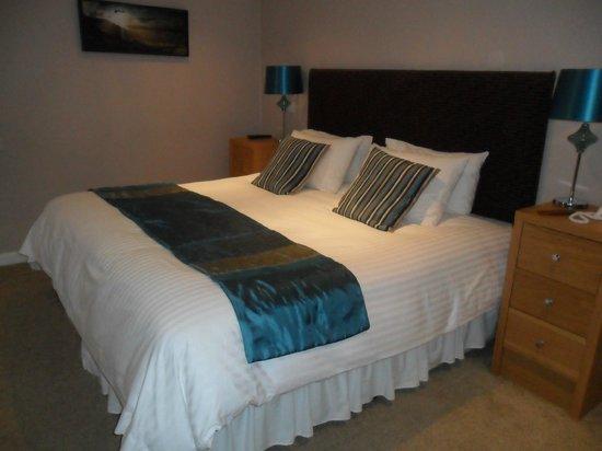 Castle Hotel: Large bed