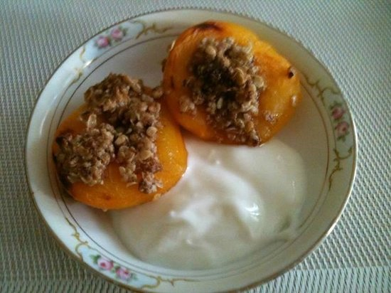 Jewel of the Canyons Bed and Breakfast : Baked Peach with Granola and Vanilla Greek Yogurt Sauce