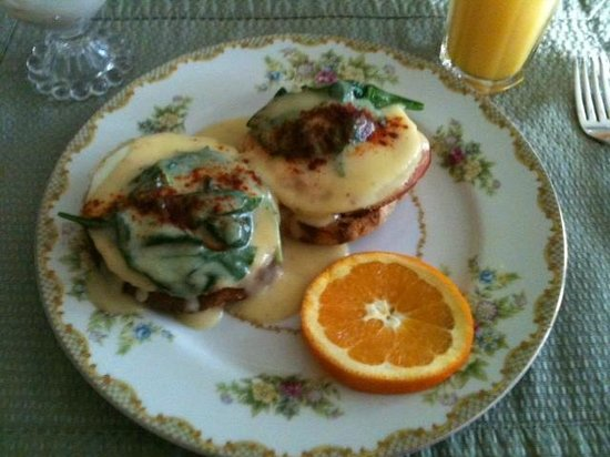 Jewel of the Canyons Bed and Breakfast: Eggs Benedict Florentine