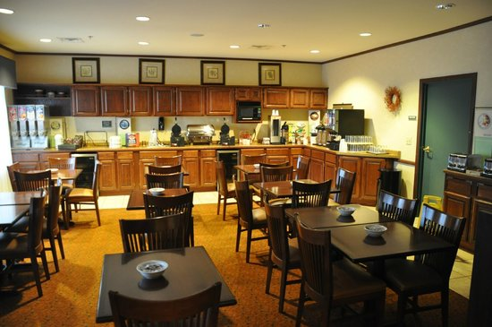 Country Inn & Suites By Carlson, Marinette: Breakfast Area