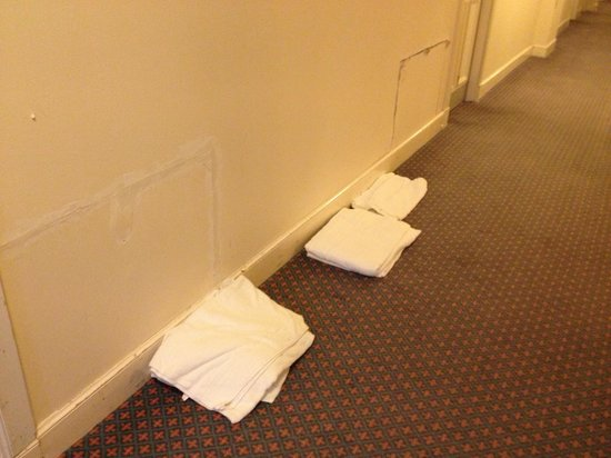 Bay Gairloch Hotel: Towels left on the floor