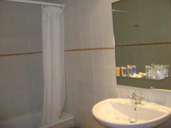 Hotel Portal del Caroig: El baño