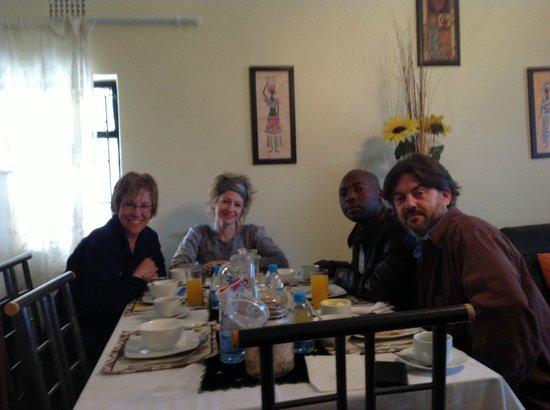 Flossie's B&B: Breakfast table!