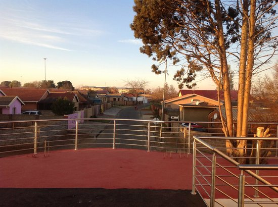 Flossie's B&B: Rooftop patio view of Soweto