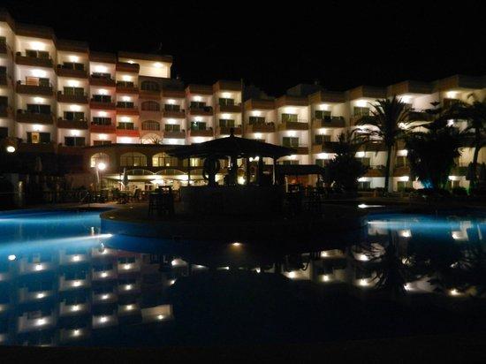 Sol Lunamar Apartments: Pool at night