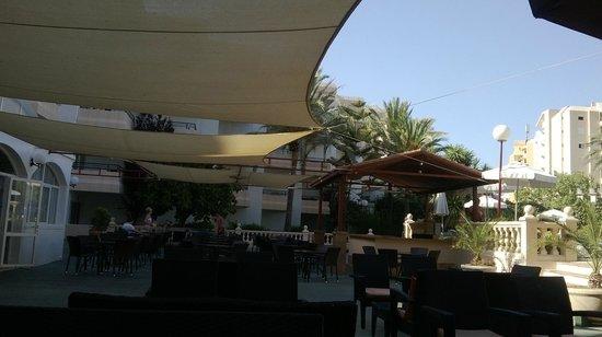 Sol Lunamar Apartments: Outside Bar Area