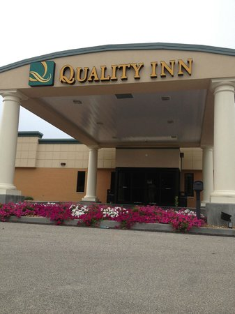 Quality Inn: Front of Hotel - Obviously