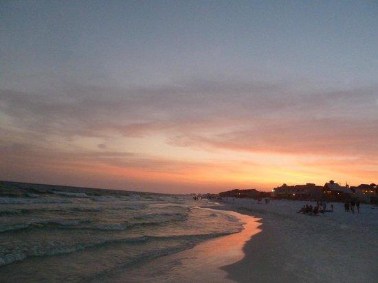 Gulfview Condominiums: beautiful sunset on the Gulf....beach across street