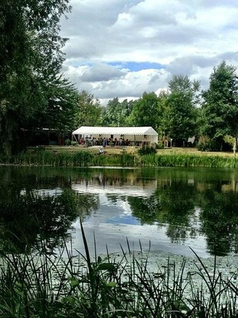 Halliford Mere Lakes & Restaurant: The pavillion