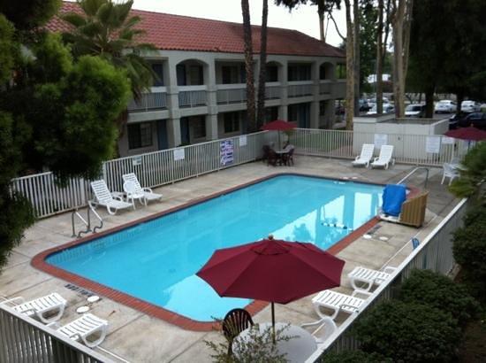 Motel 6 Thousand Oaks, CA: grande piscine non chauffée ouverte jusqu'à 19h30