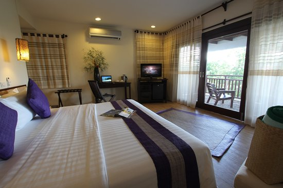 Amun Ini Beach Resort & Spa: King sized bed, spacious room with sea view.