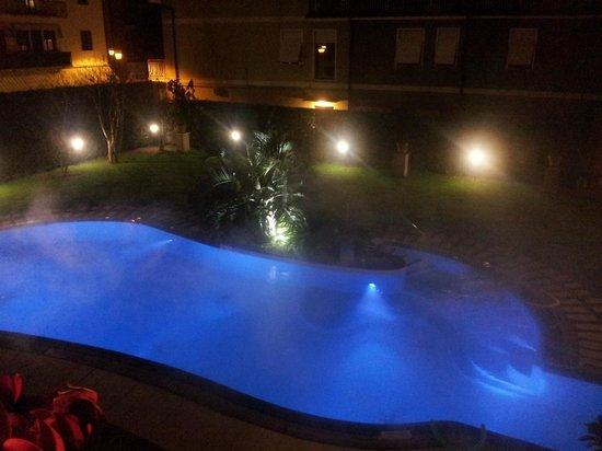 La piscina con illuminazione notturna picture of hotel salus