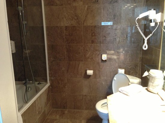 Grand Hôtel Bellevue : Spacious bathroom