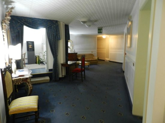 Hotel Il Burchiello: hallway and smoking room to the left