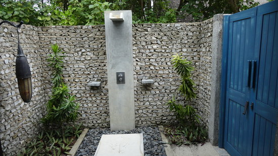 Four Seasons Resort Maldives at Landaa Giraavaru: Outdoor shower