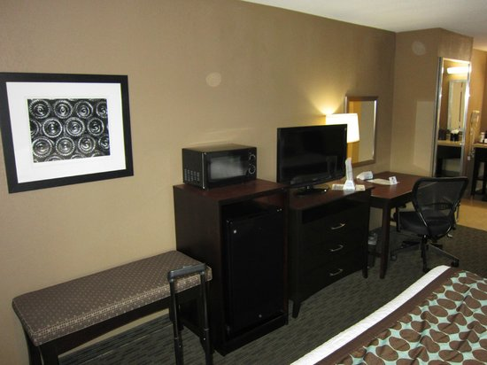 Best Western Huntsville Inn & Suites: Desk, refrigerator and microwave
