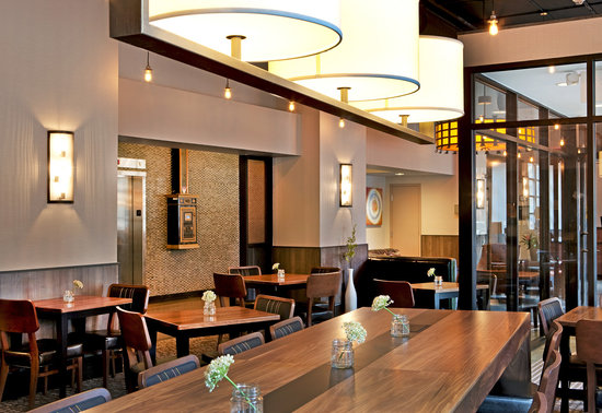 Fairfield Inn & Suites Milwaukee Downtown : Lobby & Breakfast Area