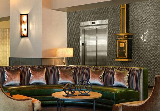 Fairfield Inn & Suites Milwaukee Downtown : Industrial chic decor