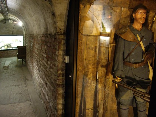 Musee Somme 1916: Displays along the tunnel