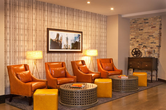 Fairfield Inn & Suites Milwaukee Downtown : Relax in comfortable chairs in quiet area adjacent the lobby