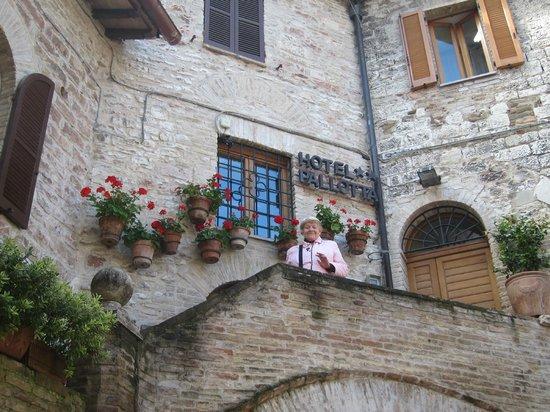 Hotel Restaurant Pallotta Assisi: Frente y entrada al Hotel