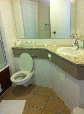 Edinburgh Capital Hotel: clean bathroom