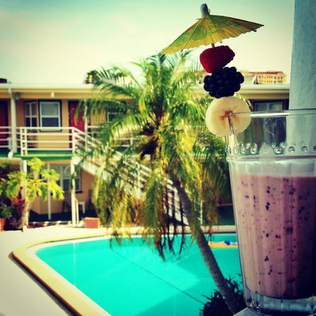 Ebb Tide Waterfront Resort: pool + healthy drink mix