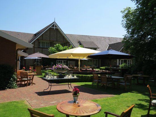 Landhuishotel & Restaurant De Bloemenbeek: De tuin met terras. Hier hebben we ook 's avonds gegeten