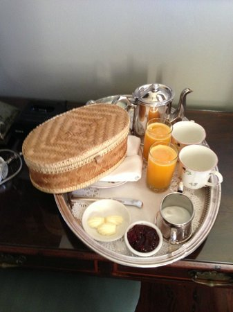 Soniat House: Fresh made, hot biscuits, juice & coffee in our room!