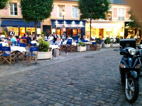 Au Chien Qui Fume: Street after street of cafes.