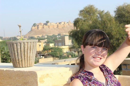 Hotel Nirmal Haveli: Sunning on the rooftop, fort in background