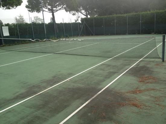 Sant' Angelo Village: il campo da tennis rete rotta e sporcizia
