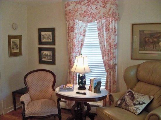 The Cherry Street Inn: Downstairs bedroom sitting area